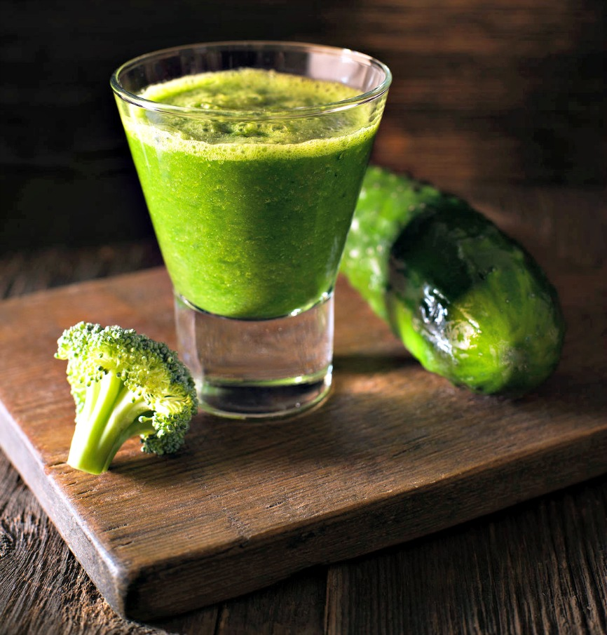 green-smoothie–man-drink