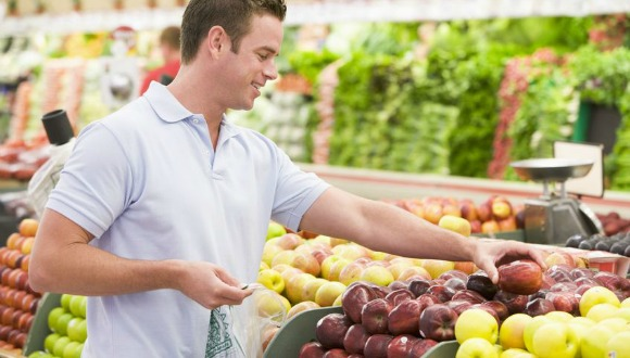 Man grocery shopping to eat an anti-inflammatory ancestral diet.