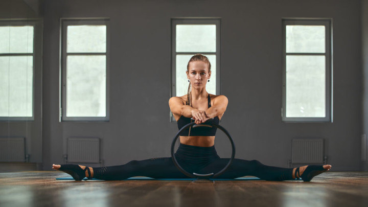 fit woman using magic circle for exercises